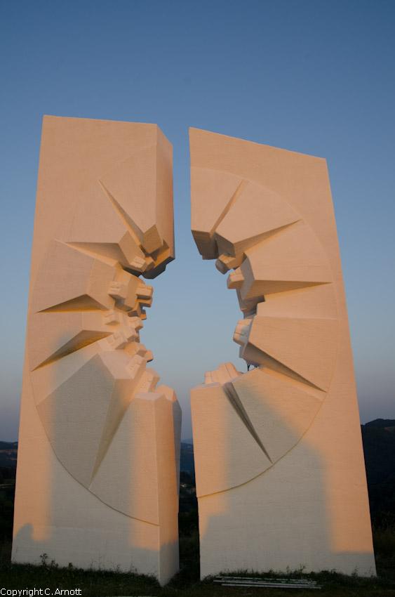 monument_12v